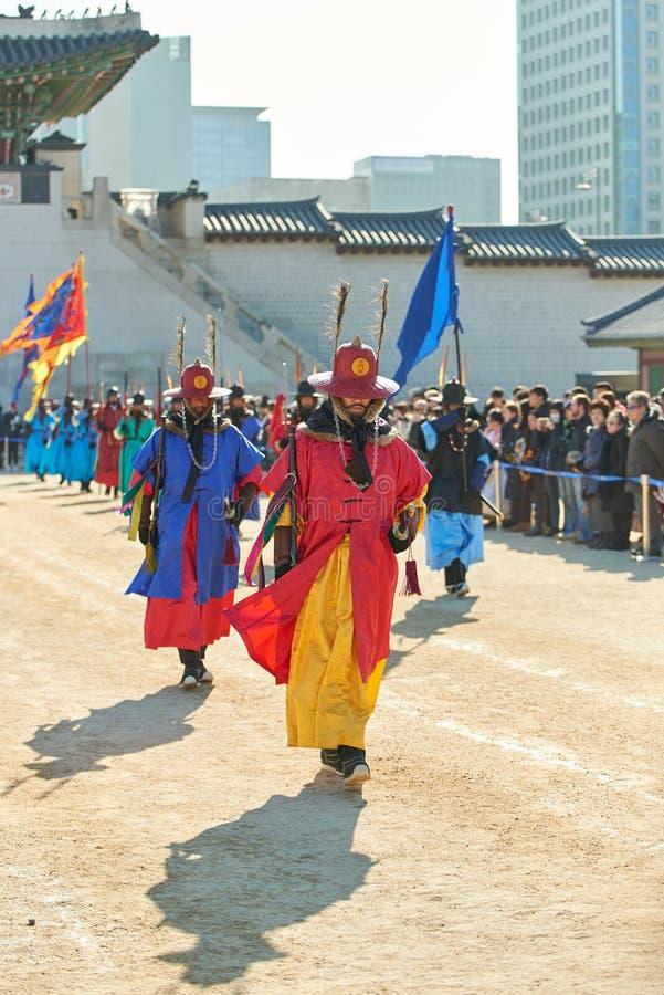 Seoel, Zuid-Korea - Januari 17, 2019: 17 januari, 2019 kleedde zich in traditionele kostuums van Gwanghwamun-poort van Gyeongbokg stock foto