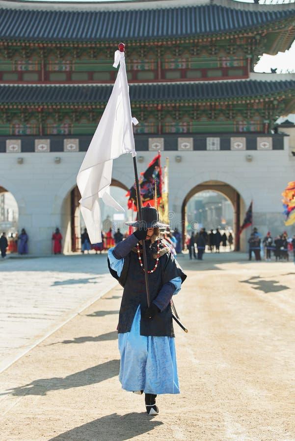 Seoel, Zuid-Korea - Januari 17, 2019: 17 januari, 2019 kleedde zich in traditionele kostuums van Gwanghwamun-poort van Gyeongbokg royalty-vrije stock afbeeldingen
