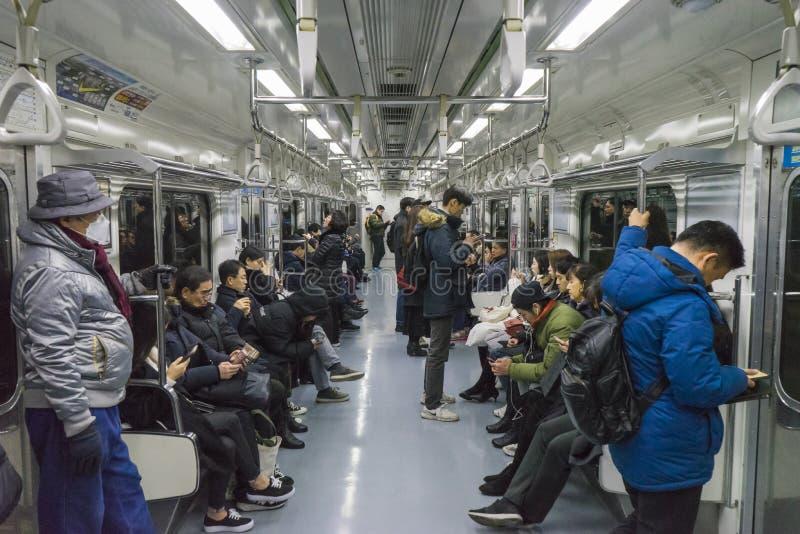 Seoel, Zuid-Korea - 13 Januari 2019: mensen op metro van Seoel, binnen van de metro van Seoel stock afbeeldingen