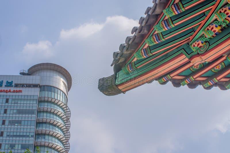SEOEL/ZUID-KOREA - JUNI 24, 2013: Traditionele tempel met moderne wolkenkrabber op achtergrond - Historische cultuur en economisc royalty-vrije stock afbeelding