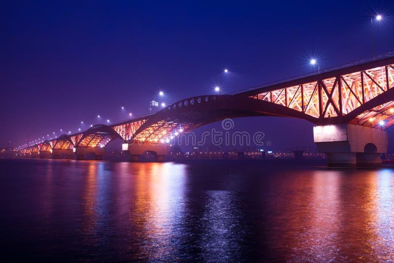 Seongsanbrug bij nacht in Korea stock afbeeldingen