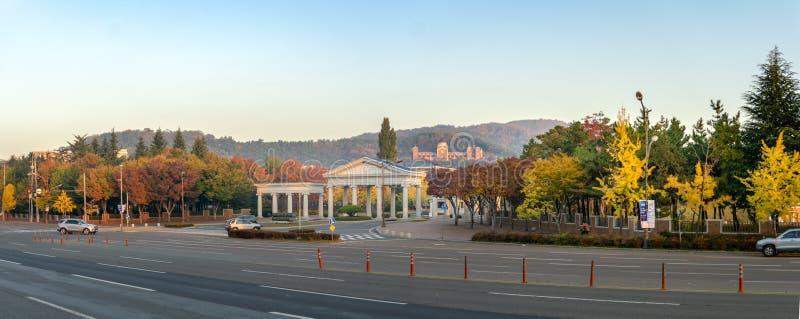 Seongseo崇拜和称赞的校园启明大学和爱德华亚当斯霍尔的入口 库存照片