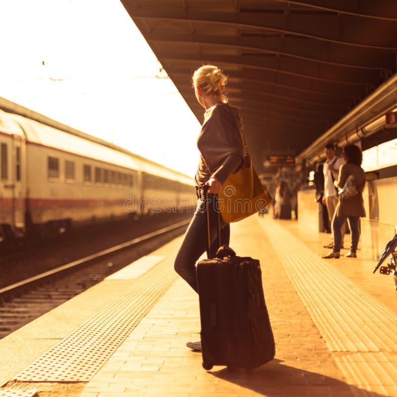 Download Se?ora Que Espera En El Ferrocarril Foto de archivo - Imagen de estación, metro: 41902284