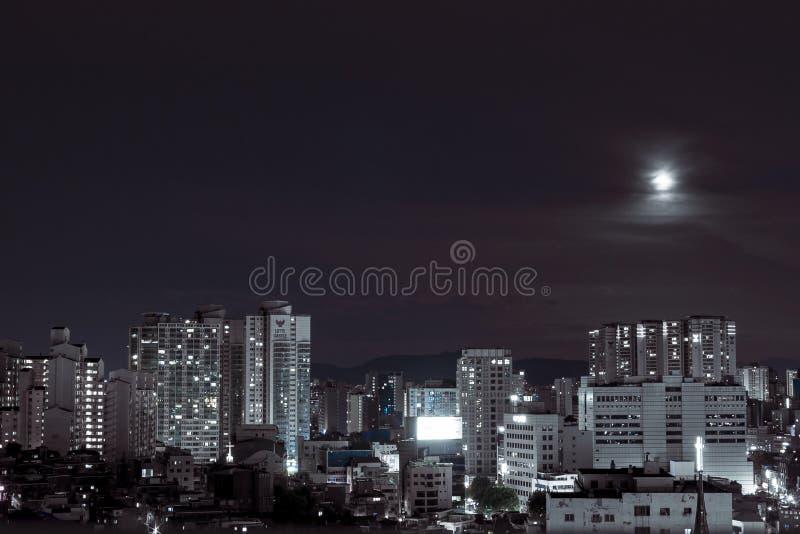 Seoul, Corea del Sud - 08 05 18: costruzione della città con le costruzioni moderne in Corea, vista di notte fotografie stock libere da diritti