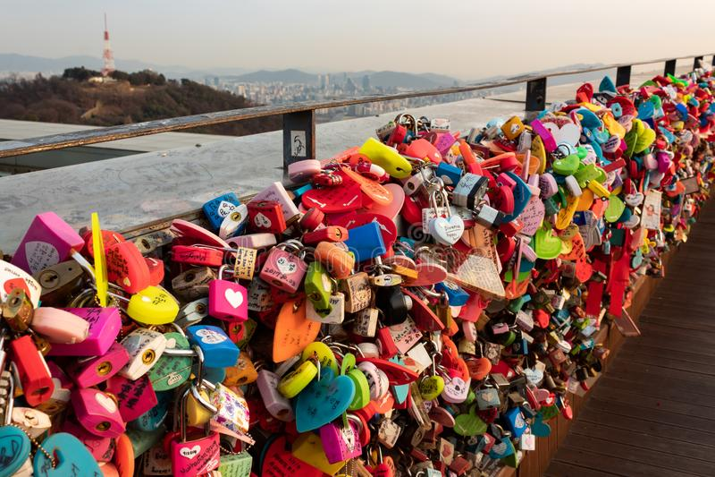 SEOUL, COREA DEL SUD - 22 GENNAIO 2018: Padlocks a sinistra dalle coppie che hanno visitato la torre di N Seoul, concetto di amor immagine stock libera da diritti