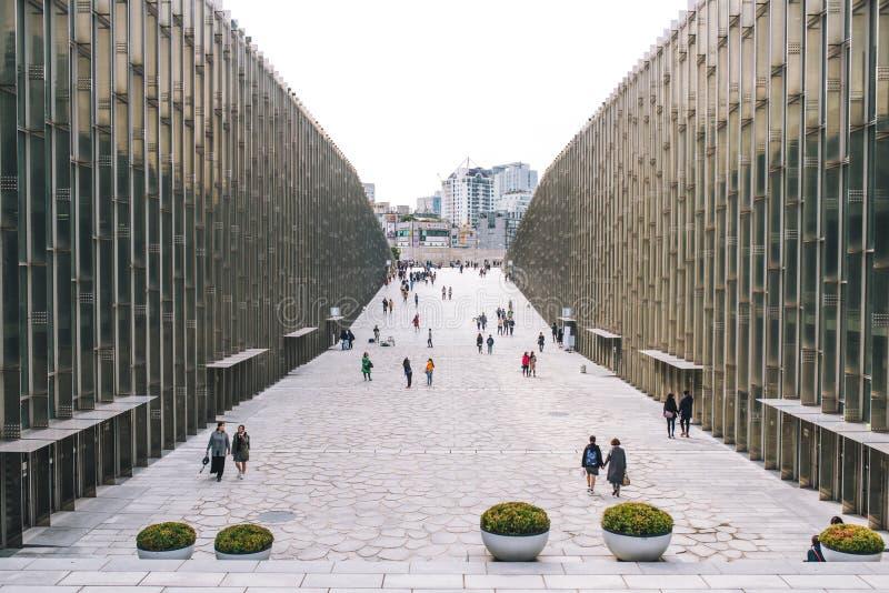 SEOUL, COREA DEL SUD, il 26 ottobre 2016: Passeggiata del viaggiatore e dello studente UNIVERSITÀ di S alla DONNA di EWHA ' fotografia stock