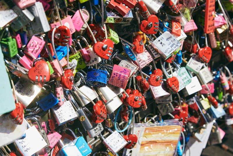 Seoul, Corea del Sud - 8 ottobre 2014: Molte serrature a chiave di amore a Namsan si elevano in vario fuoco sul centro, primo pia fotografia stock