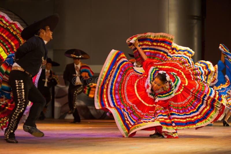 Rosso sparso vestito folclorico messicano di ballo di Jalisco fotografie stock libere da diritti