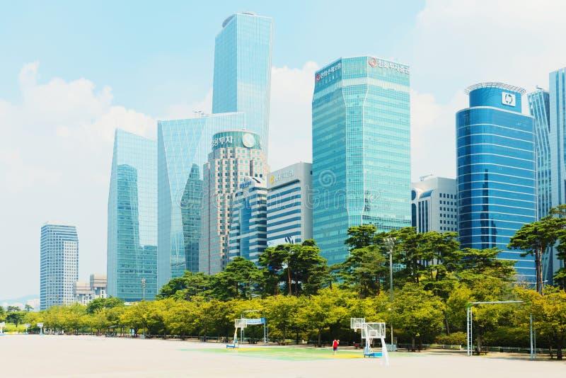 SEOUL, COREIA - 14 DE AGOSTO DE 2015: Ilha de Yeouido - finança do ` s de Seoul e área principais da operação bancária de investi imagens de stock