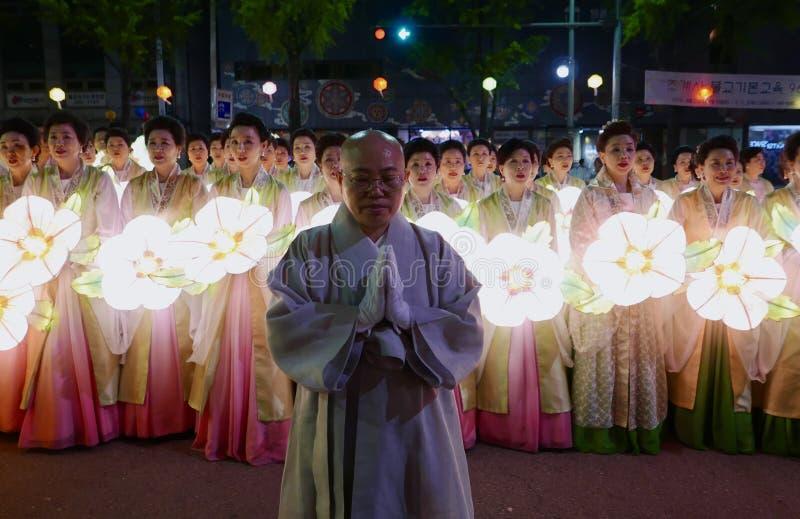 Seoul, Coreia do Sul 29 de abril de 2017: Os executores participam em uma parada da lanterna para comemorar o aniversário do ` s  foto de stock royalty free