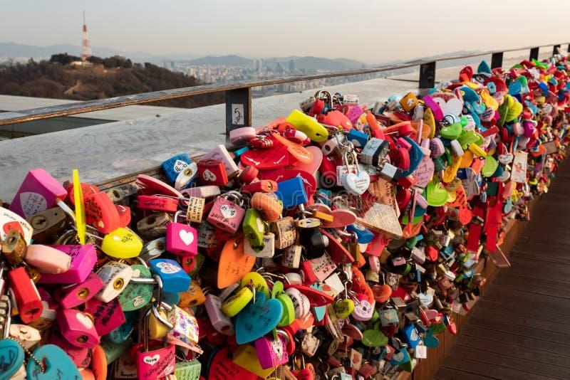 SEOUL, COREIA DO SUL - 22 DE JANEIRO DE 2018: Padlocks à esquerda dos pares que visitaram a torre de N Seoul, conceito do amor imagem de stock royalty free