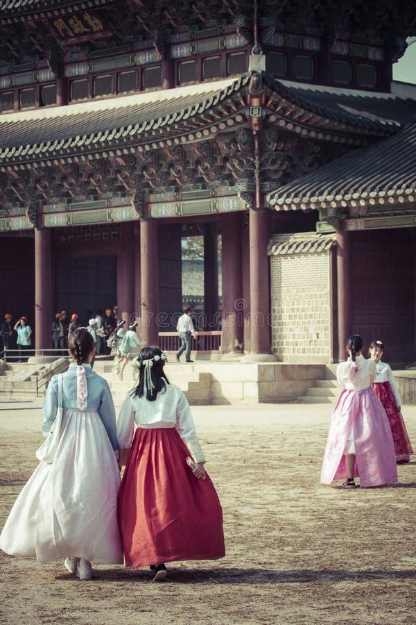 Seoul, Coreia do Sul - 20 de outubro de 2016: Moças no traditiona fotos de stock