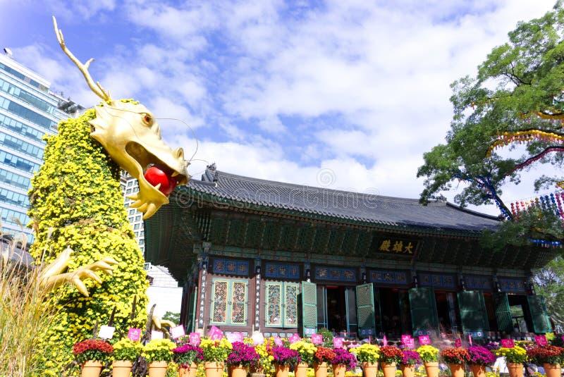 SEOUL COREIA DO SUL - 22 DE OUTUBRO DE 2017: Festival do crisântemo no templo do jogyesa em seoul, Coreia do Sul imagem de stock