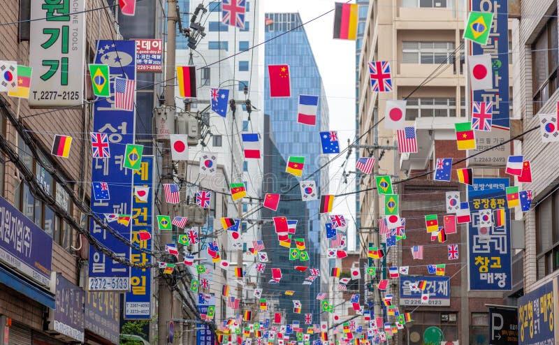 Seoul, Coreia do Sul, em abril de 2019, uma rua da cidade decorada com as bandeiras de países diferentes fotografia de stock