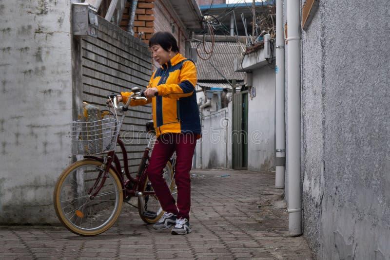 Seoul, Coreia do Sul - 18 03 18: mulher adulta em uma bicicleta na cidade fotografia de stock royalty free