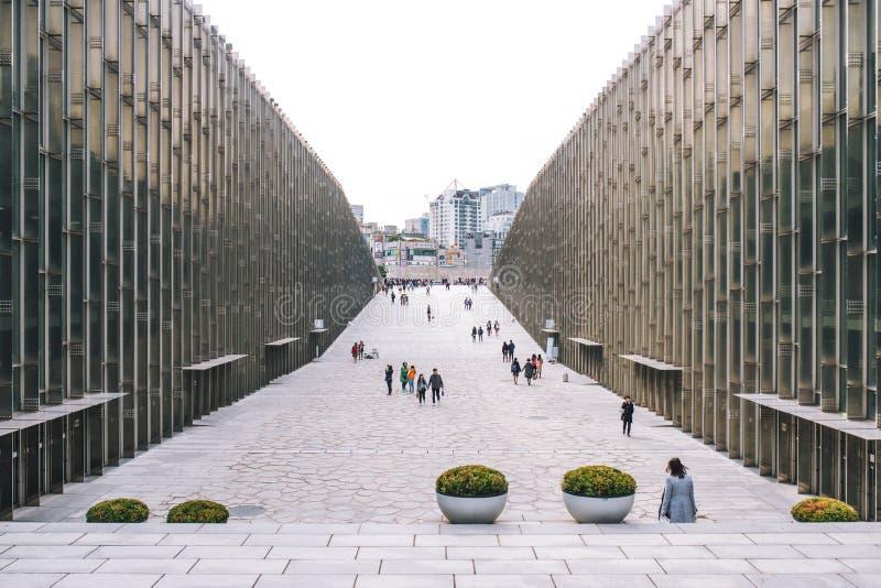 SEOUL, COREIA DO SUL, o 26 de outubro de 2016: Caminhada do estudante e do viajante UNIVERSIDADE de S na MULHER de EWHA ' fotos de stock royalty free