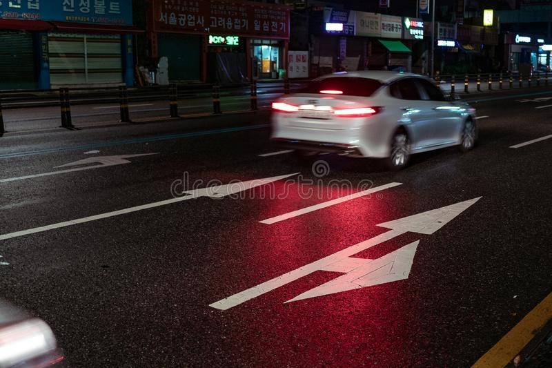 Seoul, Coreia do Sul - 30 10 18: setas em marcações de estrada na noite fotos de stock