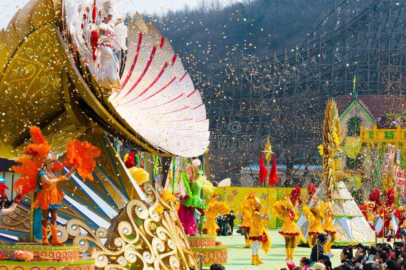 SEOUL - 31 DE MARÇO: Dançarinos em trajes coloridos em um parad da rua foto de stock