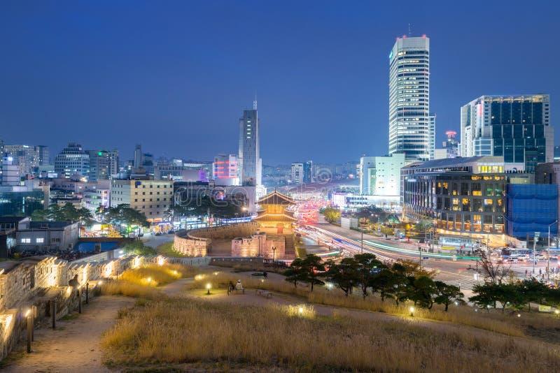Seoul Dongdaemun port och trafik i Seoul, Sydkorea royaltyfri fotografi
