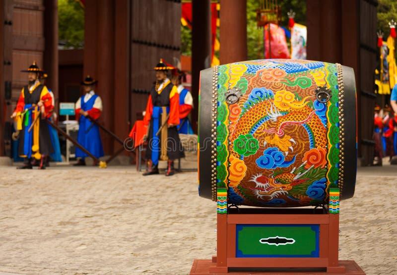Großer traditioneller koreanischer Trommel Deoksugung Palast lizenzfreie stockfotos