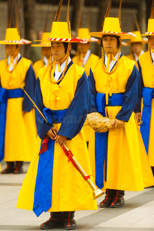Traditionelle koreanische Musiker versehen Flöten-Kostüm mit einem Band stockfotos