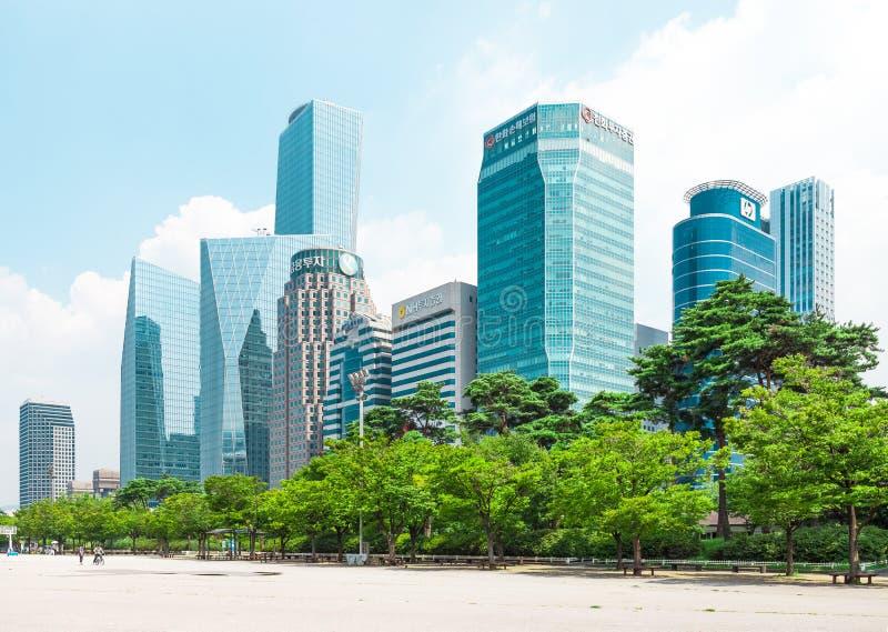 SEOUL KOREA - AUGUSTI 14, 2015: Huvudsaklig finans för härlig Yeouido - Seoul ` s och bankverksamhet inom huvudsakligen värdepapp royaltyfri bild