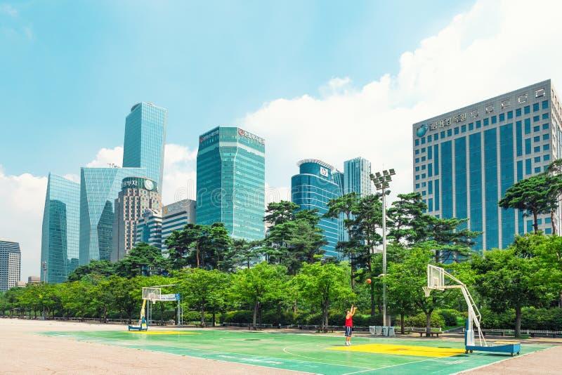 SEOUL KOREA - AUGUSTI 14, 2015: Huvudsaklig finans för Yeouido - Seoul ` s och bankverksamhet inom huvudsakligen värdepappershand royaltyfria foton