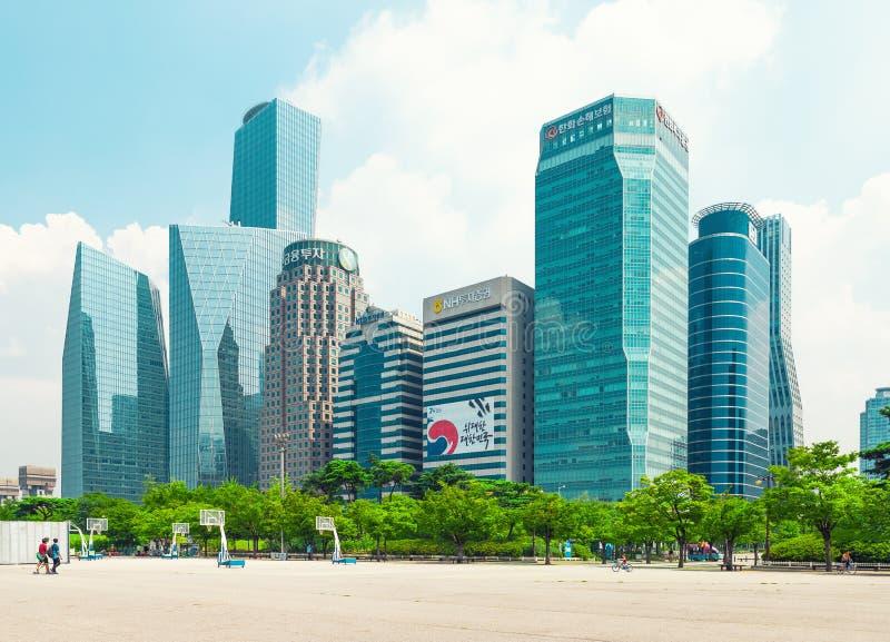 SEOUL KOREA - AUGUSTI 14, 2015: Huvudsaklig finans för Yeouido - Seoul ` s och bankverksamhet inom huvudsakligen värdepappershand arkivfoto