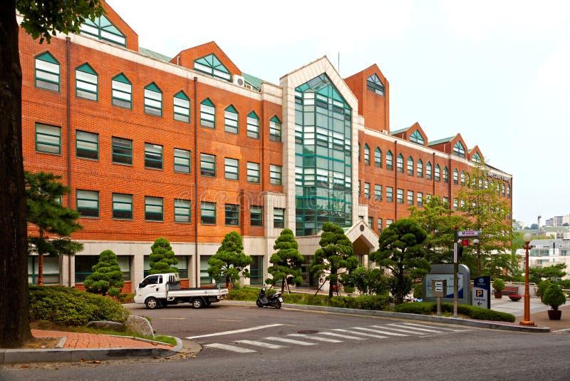 SEOUL KOREA - AUGUSTI 12, 2015: Huvudsaklig universitetsområde av det koreanska språkinstitutet - KLI - av det Yonsei universitet royaltyfria bilder