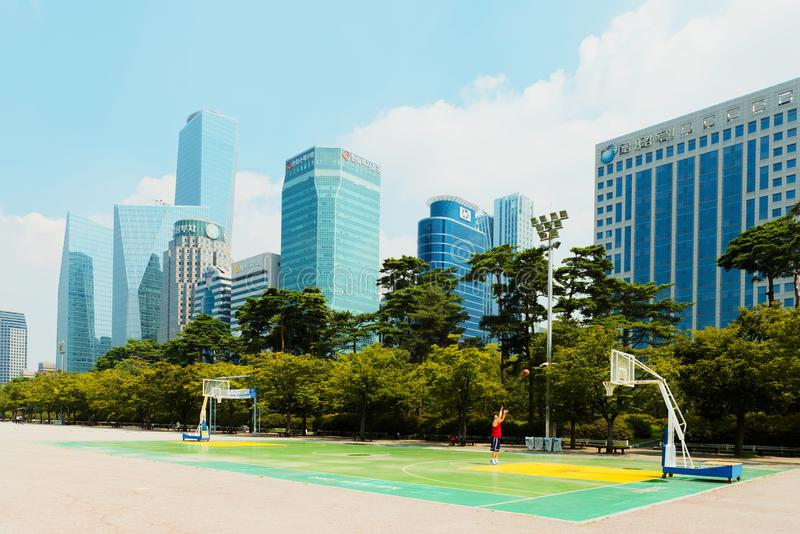 SEOUL KOREA - AUGUSTI 14, 2015: Yeouido ö - området för finans och för bankverksamhet inom huvudsakligen värdepappershandel för S arkivbilder