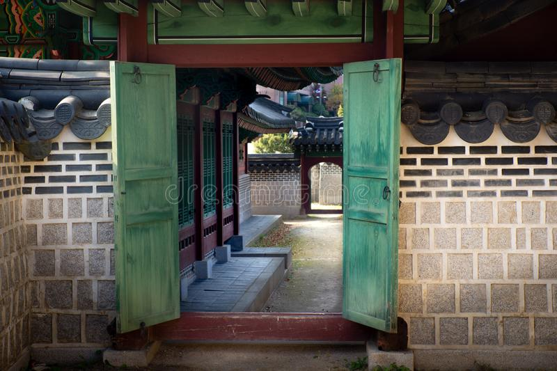 Seoul/Korea-06 del sud 11 2016: La vista dalla porta nel palazzo reale di Seoul fotografia stock