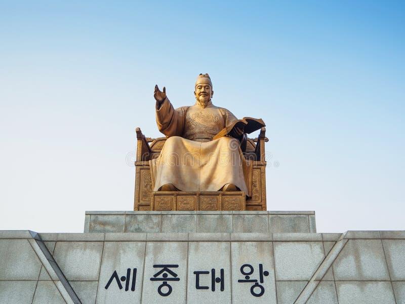 SEOUL KOREA - MARS 18 2017: Staty av konungen Sejong på den Gwanghwamun fyrkanten i Seoul, Sydkorea arkivbild