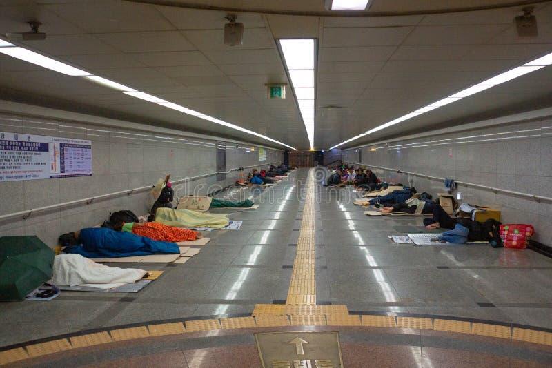 Seoul/Korea-18 sul 10 2016: O os sem-abrigo que dorme dentro do metro fotografia de stock