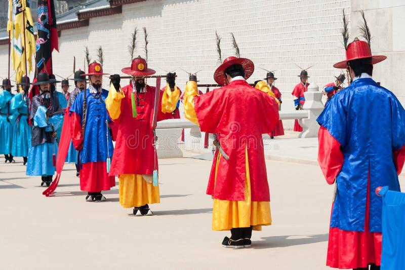 SEOUL - 30 MARZO: Guardie reali durante il cambiamento della guardia immagine stock libera da diritti