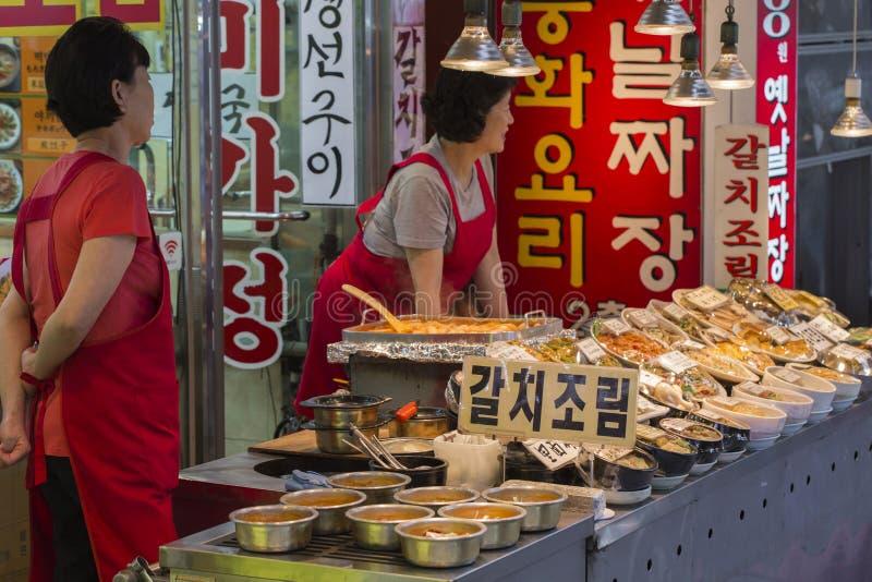 SEOUL - OKTOBER 21, 2016: Traditionell matmarknad i Seoul, Kore royaltyfri fotografi
