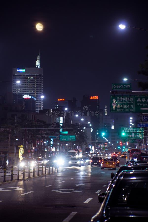 Seoul/södra Korea-18 10 2016: Sikten för nattseoul gata arkivbild