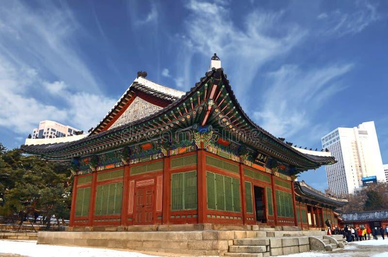 Seoul, Südkorea 12-20-2012: Deoksugungs-Palast in der Wintersaison Hanok ist traditionell lizenzfreie stockfotografie