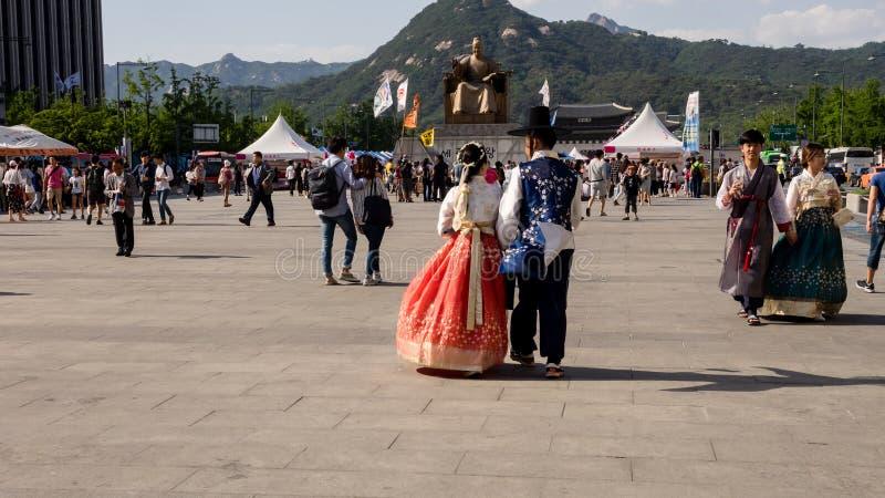 Seoul, Südkorea - 3. Juni 2017: Junge Paare in der bunten traditionellen Abnutzung - hanbok, das auf das Gwanghwamun-Quadrat geht stockbilder
