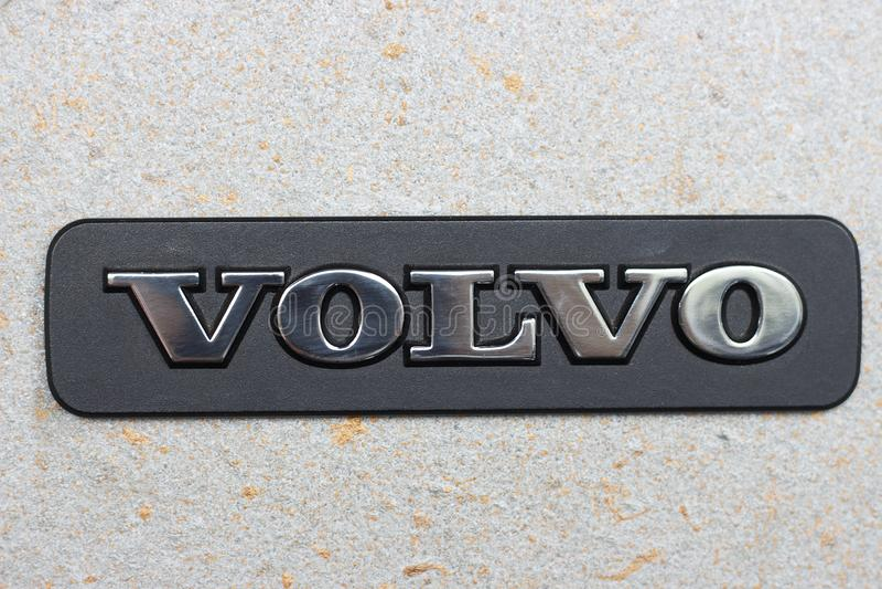 Seoul - 04 27 19: Sinal de Volvo em um close-up do muro de cimento foto de stock royalty free