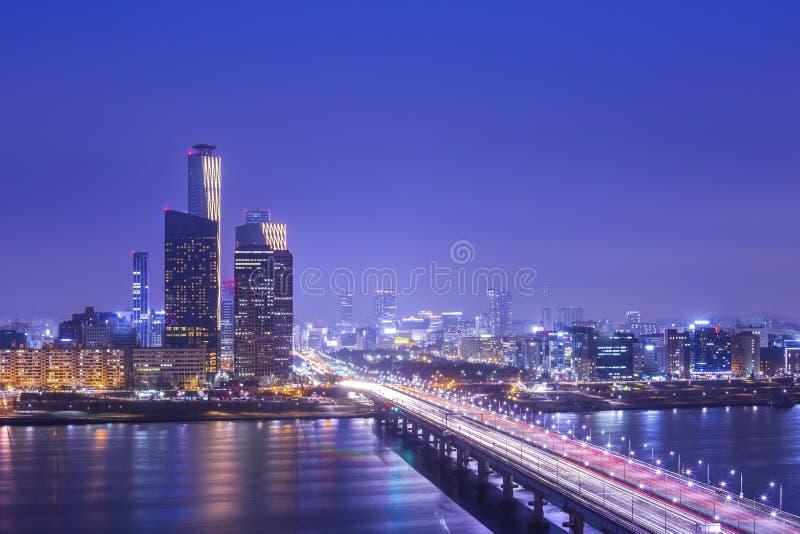 Seoul-Stadt und -autos, die auf die Brücke und den Verkehr, Han River nachts in im Stadtzentrum gelegenem Seoul, Südkorea übersch stockfoto
