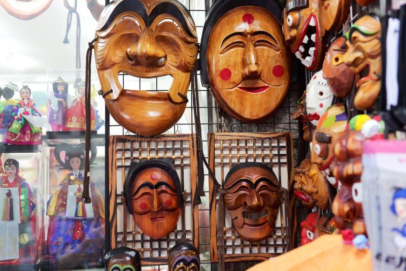 SEOUL SYDKOREA - AUGUSTI 14, 2015: Traditionella koreanska trämaskeringar sålde i Insadong - turist- område av Seoul, Sydkorea royaltyfria bilder