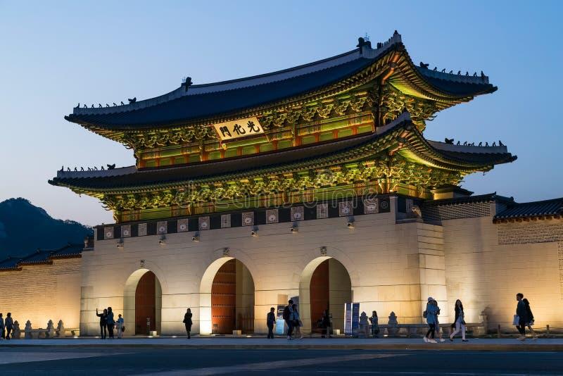 Seoul Sydkorea - circa September 2015: Gwanghwamun port av den Gyeongbokgung slotten, Seoul, Korea vid afton royaltyfri bild