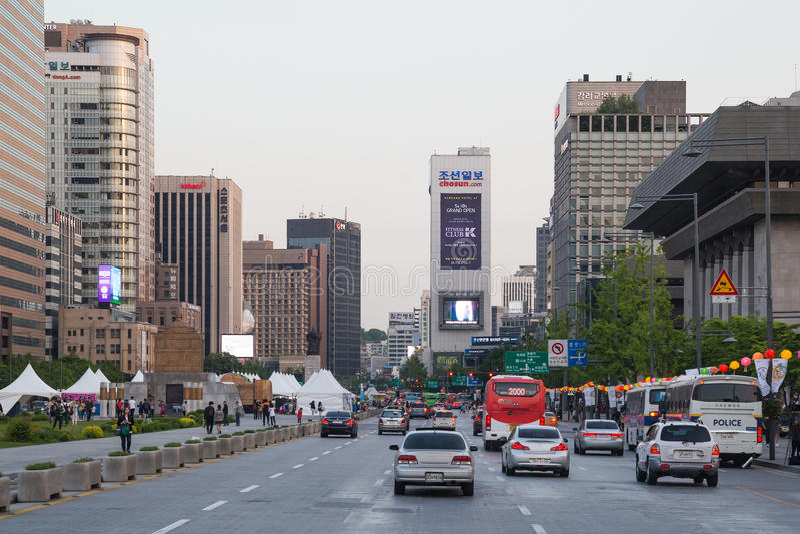 Seoul Sydkorea - circa September 2015: Körning för bilar för ANC för vägtrafik på gatorna av Seoul, Sydkorea royaltyfri foto