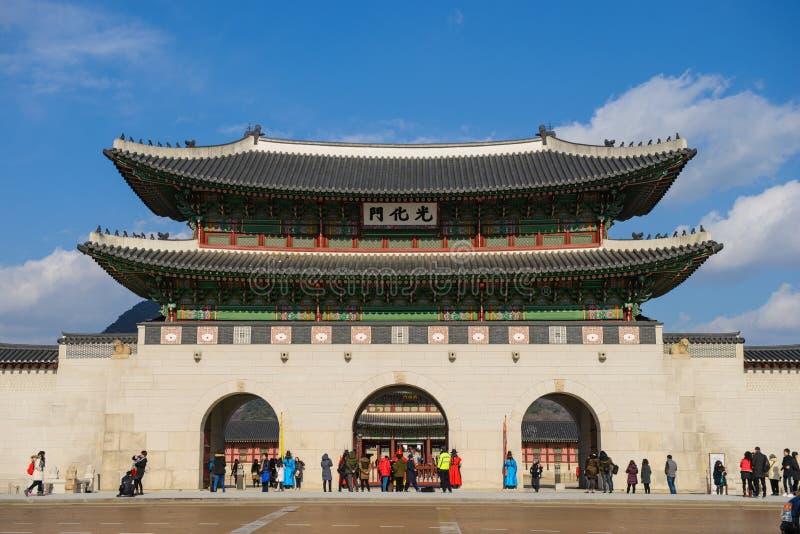 Seoul Sydkorea - December 16, 2015: Den massiva och ornately dekorerade Gwanghwamun porten är den huvudsakliga ingången till Seou arkivbilder