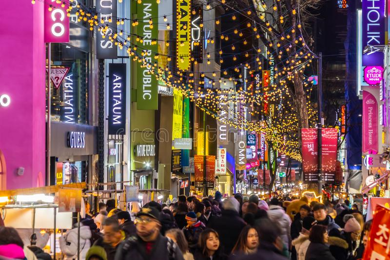 Seoul Sydkorea 10 December 2018: Den Myeong dong marknaden ?r det popul?ra st?llet och omr?det f?r att shoppa finna n?got f?r att arkivbild