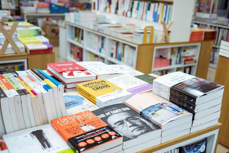 Seoul Sydkorea - 23 02 2019: h?gar av b?cker i en bokhandel royaltyfri fotografi