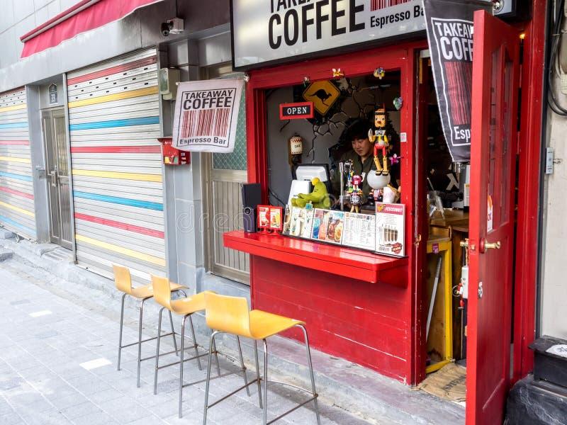 Seoul Sydkorea - Juni 3, 2017: Säljare som väntar kunderna i rolig espressostång på gatan i Korea arkivbild