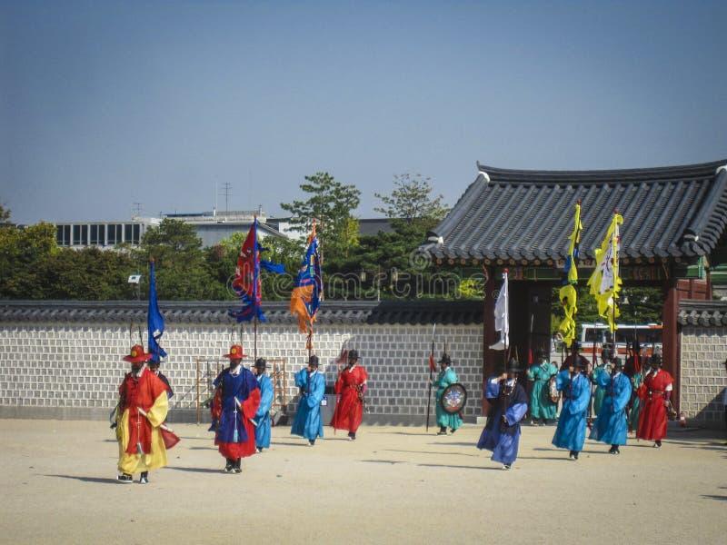 Seoul Sydkorea, Oktober 2012: Ceremoni av portvakten Change nära den Gyeongbokgung slotten i den Seoul staden, Sydkorea fotografering för bildbyråer