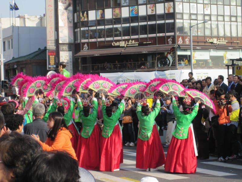 Seoul Sydkorea, Oktober 2012: gatakapacitet under festivalen 2012 Itaewon för global by i Seoul arkivbild