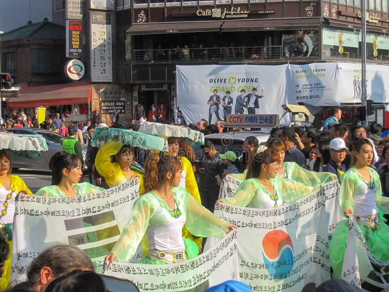 Seoul Sydkorea, Oktober 2012: gatakapacitet under festivalen 2012 Itaewon för global by i Seoul arkivfoto
